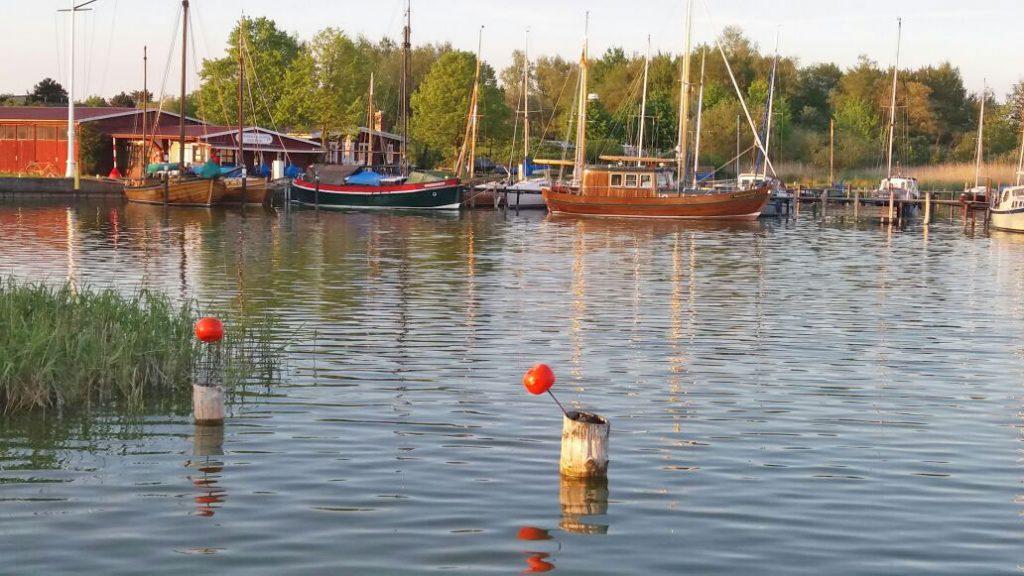 Boote im Bodden-Hafen