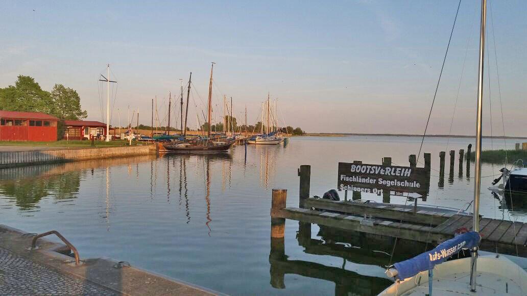 Bodden mit Booten im Sonnenuntergang