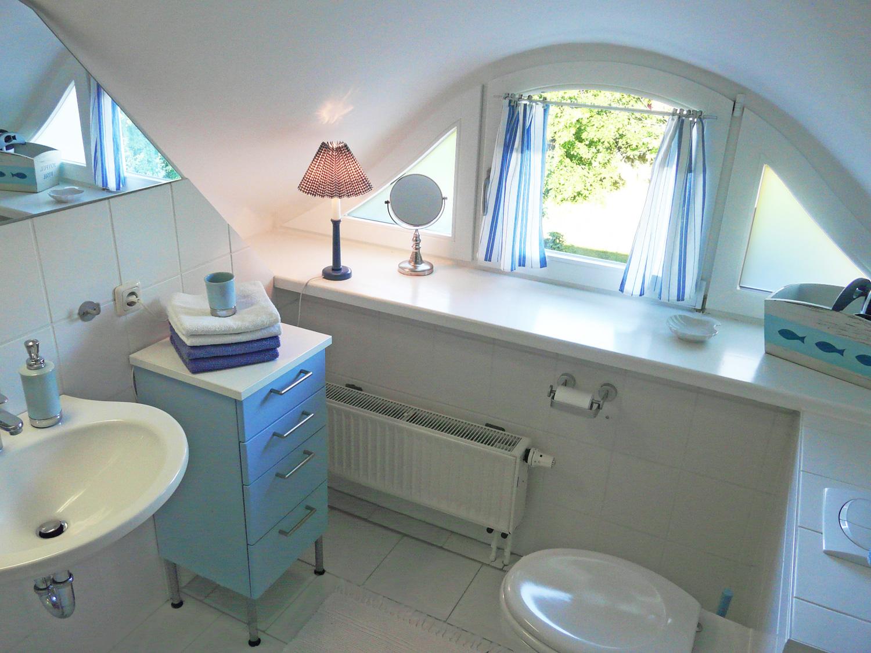 Bad mit Dusche, WC, Fenster